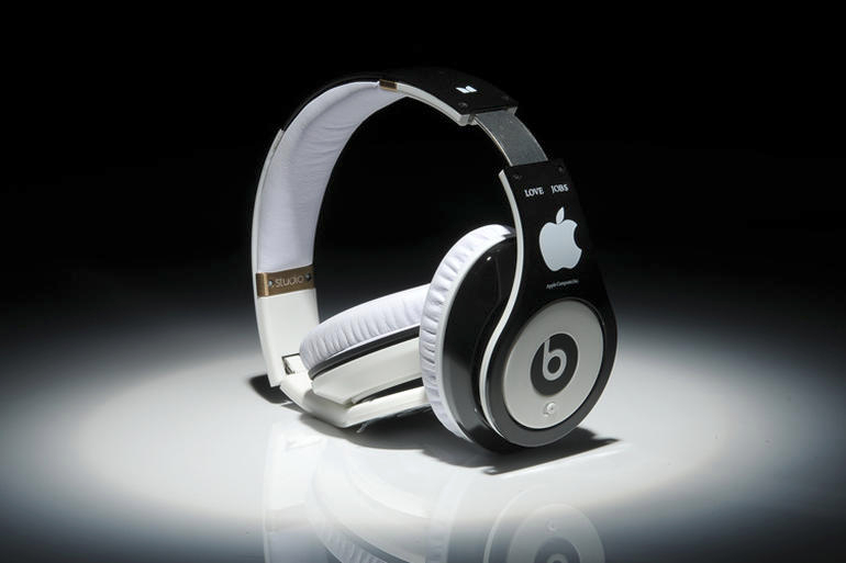 studio-steve-jobs-headphones-with-apple-logo3