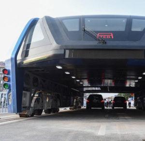 Autobus budoucnosti bude jezdit nad ostatními auty