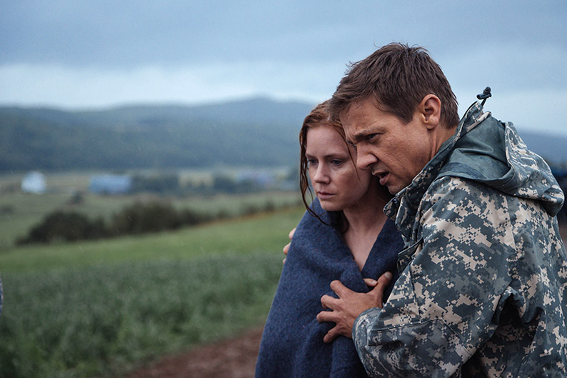 Louise Banks (Amy Adams) a Ian Donnelly (Jeremy Renner)